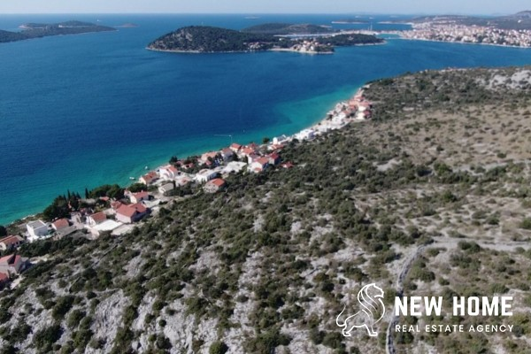 Hillside property with ocean view - interesting for investors